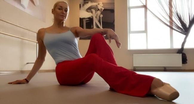 «44 года а ведешь себя как идиотка»:  Пользователи разнесли Волочкову за странный танец