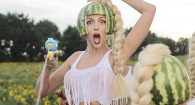«Роковуха, которую мы заслужили»: Оля Полякова всполошила сеть видео, на котором позировала с ирокезом