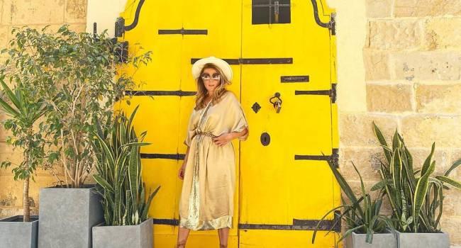 «С вашего стиля пример хочется брать»: Жанна Бадоева в ярко желтом платье и  красных босоножках, показала, как нужно одеваться летом