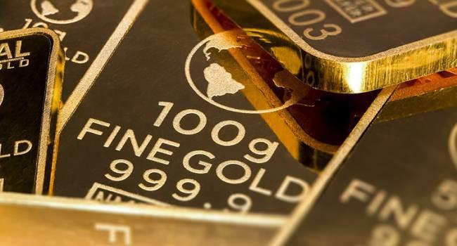 В мире стремительно растет цена на золото, покупаю самый дорогой металл килограммами: с чем это связано?