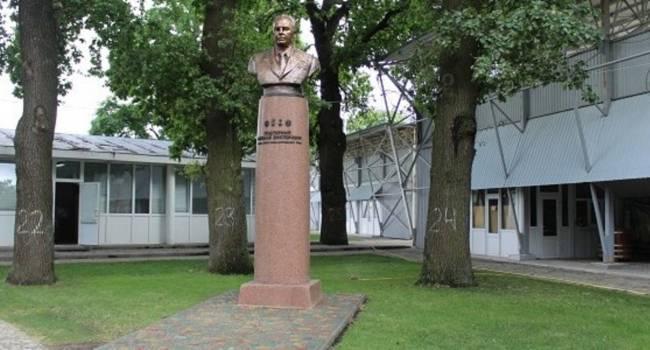 Азаров поприветствовал жителей Полтавщины, которые добились восстановления памятника члену Политбюро ЦК КПСС Подгорному