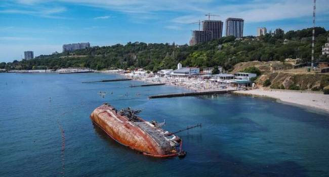 «Несмотря на распоряжение Зеленского»: В Одессе так и не смогли поднять затонувший танкер Delfi