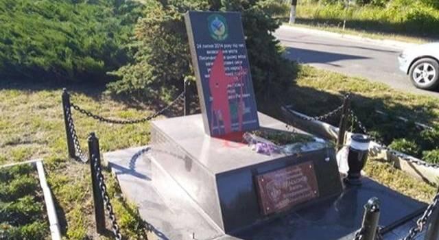 В Лисичанске вандалы надругались над памятником бойцов ВСУ, освободивших город от оккупантов