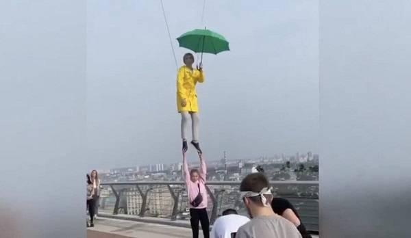«Слуга народа» Верещук полетала над столицей с зеленым зонтом