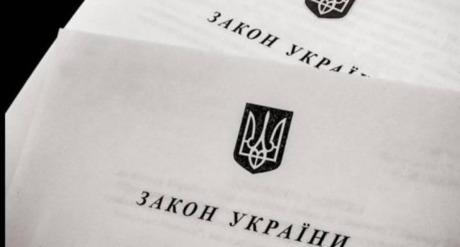 Социолог: у Зеленского пытаются внушить украинцам мысль, что КС собирался отменить Закон о языке