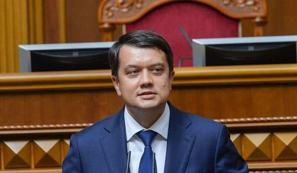«Это не совсем правильно»: Разумков прокомментировал скандал с елочными игрушками с российской символикой