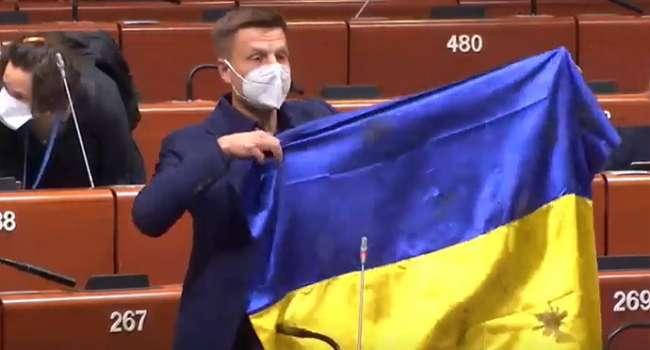Гончаренко достал флаг Украины в ПАСЕ: президент Ассамблеи намерен наказать украинского политика