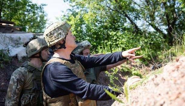 Порошенко посетил Донбасс: передал бойцам комплект видеонаблюдения