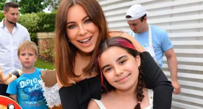 «Спортивные малышки!» «Как же быстро ты растёшь»: дочь Ани Лорак показала ранее неизвестное фото со своей звездной мамой